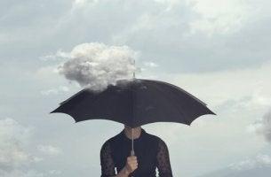 Mit Zwangsstörungen leben - Schwarzgekleidete Frau mit einem Regenschirm