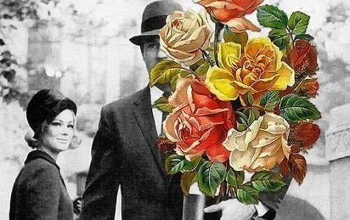 Schwarz-Weiß-Foto eines Paares, bei dem der Mann einen bunten Blumenstrauß in der Hand hält.