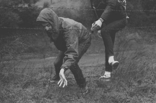 Freunde, die durch einen Zaun klettern