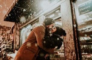 Sich küssendes Paar gibt seiner Liebe kein Verfallsdatum
