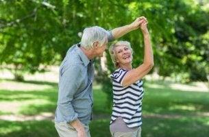 Tanzen im Alter - tanzendes älteres Paar