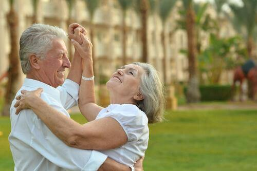 Lachendes, tanzendes älteres Ehepaar