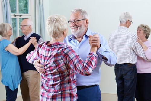 Älteres Paar nimmt an einem Tanzkurs teil