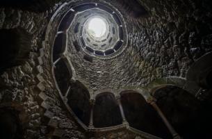 Eigene Freude - tiefes Gebäude mit Licht an der Oberfläche