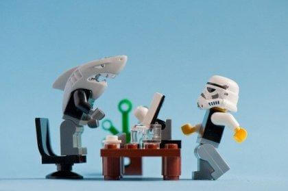 Ein toxischer Chef und ein Angestellter im Rollenspiel als Playmobilfiguren