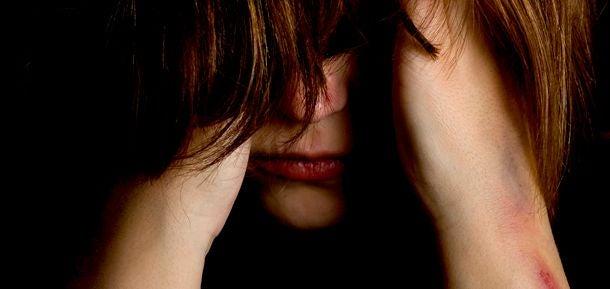 Frau die sich selbst verletzt hat und das Gesicht verbirgt