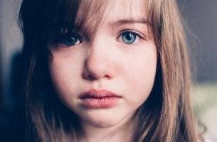 Abwesende Mutter - trauriges Mädchen