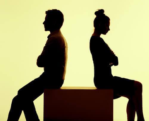 Paar sitzt verärgert Rücken an Rücken