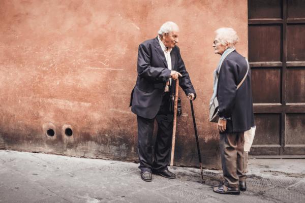 Zwei alte Menschen sprechen miteinander