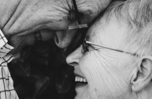 Aktives Altern - Zwei alte Menschen lachen zusammen.