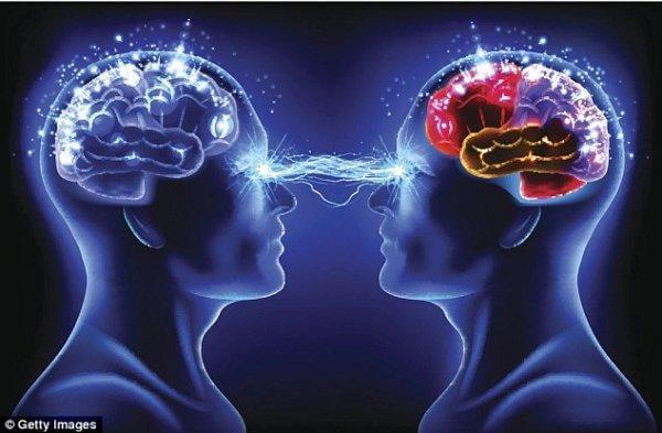 Zwei Menschen lassen ihre Gehirne sich miteinander verbinden.