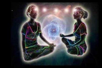 Zwei Menschen kommunizieren mithilfe der Telepathie miteinander.