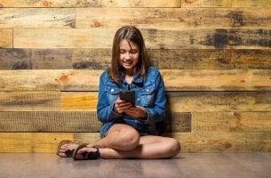 Verantwortungsvoll mit Technologie umgehen - Mädchen spielt mit Handy