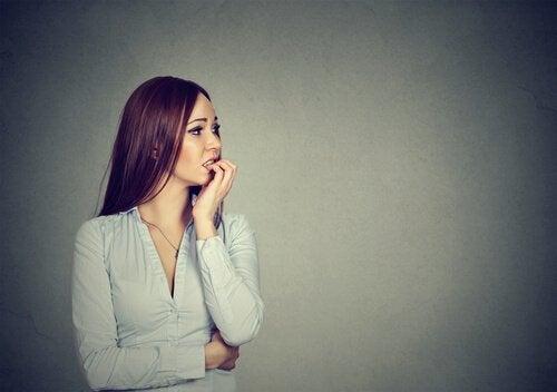 Eine Frau starrt ängstlich in die Ferne.