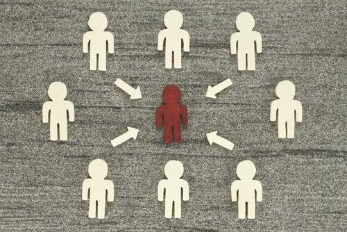Rotes Männchen in einer Gruppe weißer Männchen