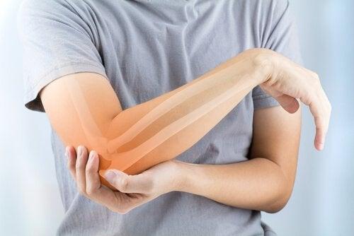 Mensch hält sich schmerzenden Arm