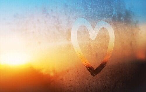 Herz, das auf eine Fensterscheibe aufgemalt wurde, symbolisch für den Tag, an dem ich anfing, mich selbst zu lieben