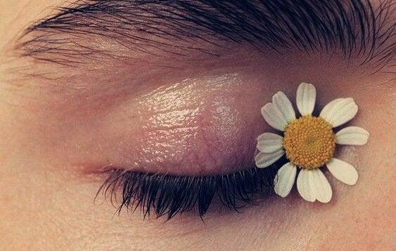 Auge mit einer Blume