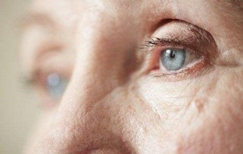 Nahaufnahme einer älteren Frau mit blauen Augen.