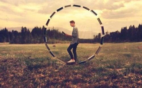 Ausgeglichenes Denken, symbolisiert durch einen Mann im Bücherkreis