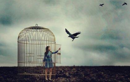 Autoritäres Verhalten fühlt sich an wie ein enger Käfig, wie diese Frau in einem Vogelkäfig symbolisiert