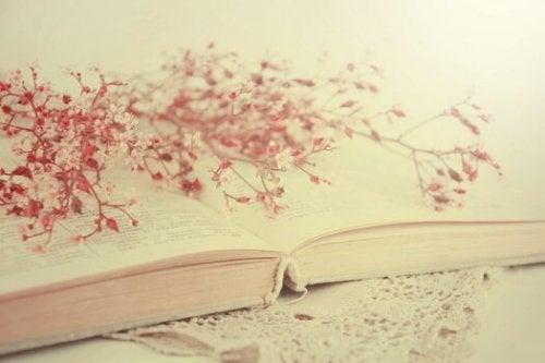 Buch mit Zweigen
