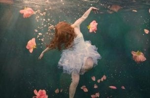 Die unerträgliche Leichtigkeit des Seins - Frau schwebt als Ballerina durch Wasser