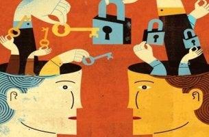 Schritte zum Durchsetzungsvermögen - zwei Köpfe, in denen Schlösser und Schlüssel liegen