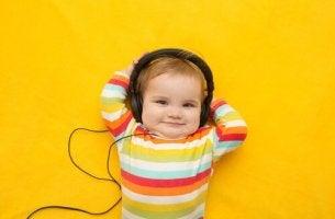 Macht Musik Kinder schlauer? - Ein Baby hört Musik über Kopfhörer