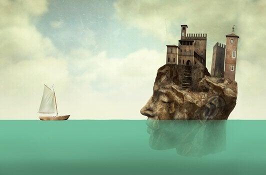 Boot vor einer Insel, die die Form eines Kopfes hat