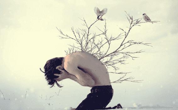 Ein nach vorn gekrümmter junger Mann, aus dessen Rücken Äste wachsen