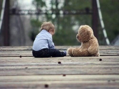Die Entwicklung des Babys im 7. und 8. Lebensmonat, veranschaulicht durch einen Jungen und sein Teddybären