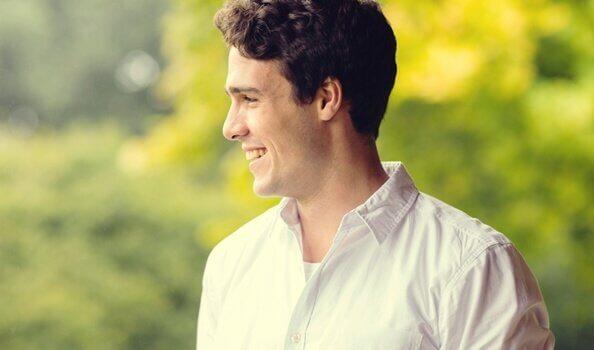 Ein junger Mann lacht