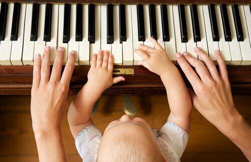 Ein Kleinkind spielt Klavier