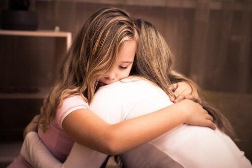 Ein Mädchen umarmt seine Mutter