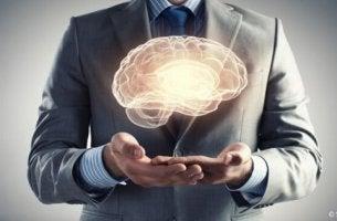 Rätsel des menschlichen Gehirns - ein Mann, der die Form eines Gehirns hält