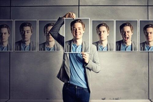 Ein Mann hält Bilder mit verschiedenen Gesichtsausdrücken hoch, um Gefühle zum Ausdruck bringen zu können