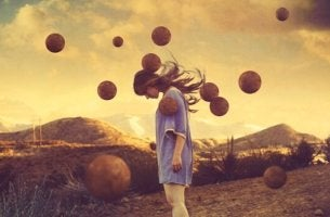 Mit Verzweiflung umgehen - Eine verzweifelte Frau senkt den Kopf.