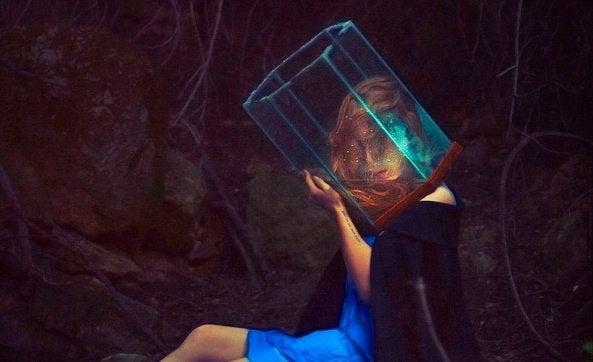 Eine Frau mit einem gläsernen Prisma auf dem Kopf