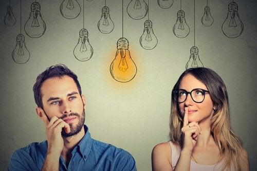 Eine Frau und ein Mann überlegen. Zwischen ihnen leuchtet eine gemalte Glühbirne.