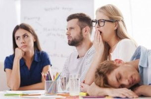 Was ist Präsentismus? - Eine Gruppe Angestellter sitzt die Zeit im Büro ab