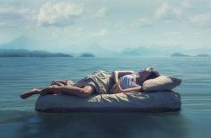 Fünf Schlafphasen - eine schlafende Frau auf dem Meer