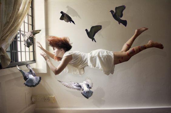 Eine schwebene Frau symbolisiert die Gesetze der Gefühle