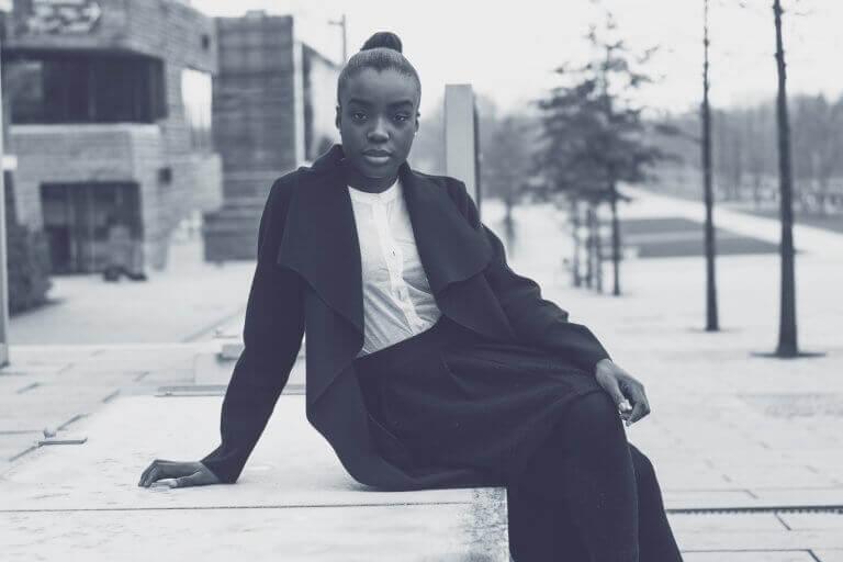 Afroamerikanerin sitzt allein in einer verlassenen Gegend