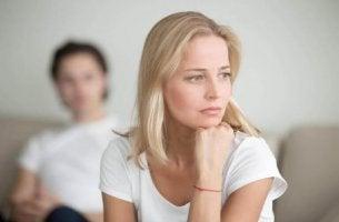 Frau wendet sich vom Partner ab und vermutet emotionale Untreue