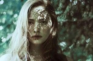 Von emotionalem Missbrauch erholen - Frau, auf deren Gesicht Licht und Schatten fällt