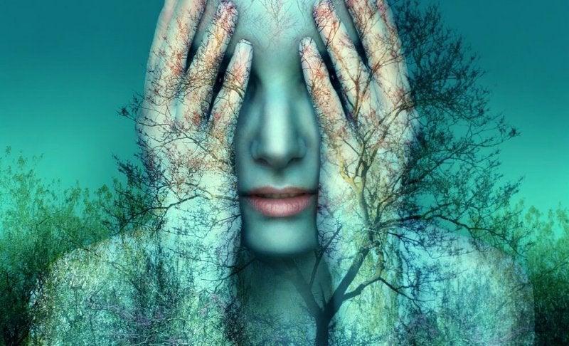Etwas nicht zu Ende bringen kann einen verzweifeln lassen, wie diese Frau im Wald, die sich die Hände vor die Augen hält