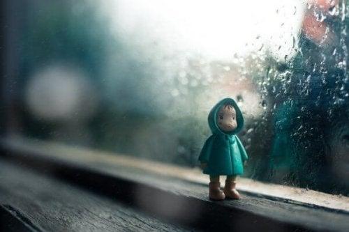 Emotionale Probleme - eine Spielzeugfigur, die traurig aussieht und auf dem Fensterbrett steht
