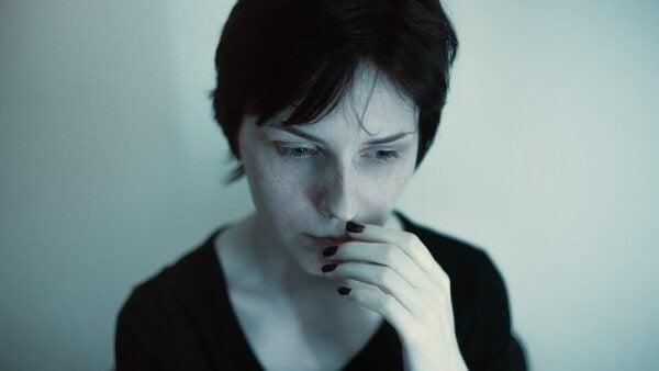 Nahaufnahme eines Gesichts einer Frau, die besorgt aussieht