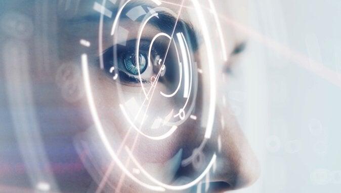 Frau blickt auf digitale Anzeige